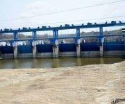 El aliviadero de la presa Zaza muestra sólo un pequeño charco de agua al pie de sus puertas, panorama sin precedentes en los últimos años, en Sancti Spíritus, Cuba, el 12 de abril de 2017.   ACN FOTO/Oscar Alfonso Sosa/ogm