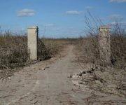 Las ruinas de la otrora industria láctea Nela, que casi permanentemente están cubiertas por las aguas, son un monuento vivo a la intensa sequía que afecta a la presa Zaza, en Sancti Spíritus, Cuba, el 12 de abril de 2017. ACN FOTO/Oscar Alfonso Sosa/ogm