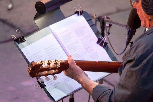 Silvio Rodríguez ofrece su concierto número 84 en su gira por los barrios. Esta vez  el encuentro se realiza en la Plaza San Francisco de Asis.