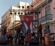 Silvio Rodríguez ofrece su concierto número 84 en su gira por los barrios. Esta vez el encuentro se realiza en la Plaza San Francisco de Asis. Foto: Iván Soca.