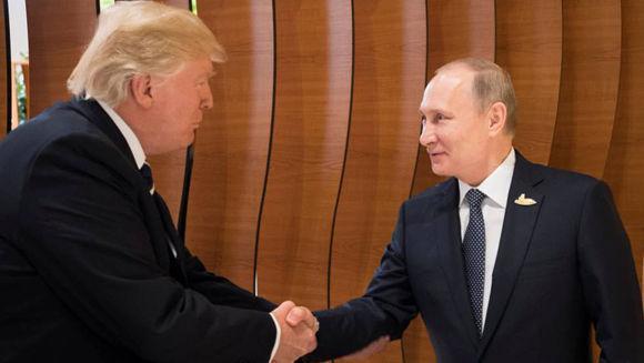 El presidente de EE UU, Donald Trump, se da un apretón de manos con su homólogo ruso, Vladímir Putin, en Hamburgo. Foto: Reuters.