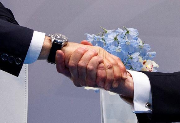 Donald Trump en un apretón de manos con su par ruso, Vladimir Putin, en Hamburgo. Foto: AP.