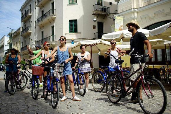 Un grupo de turistas estadounidenses realiza un tour en bicicleta por el centro de La Habana. Foto: Reuters.