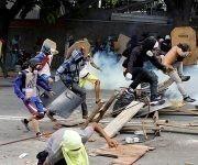 Varios manifestantes durante una protesta contra el Gobierno de Maduro en Caracas, Venezuela, el 26 de julio de 2017. Foto: Carlos Garcia Rawlin/ Reuters.