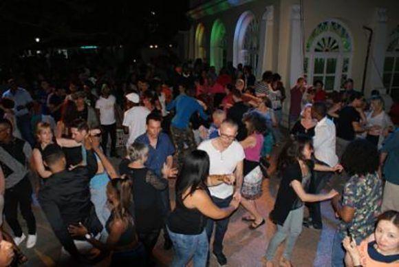 Bailar casino en Cuba, algo más que una tradición. Foto cortesía del autor.