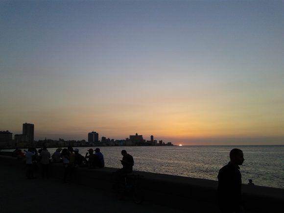 Atardecer en el Malecón. Foto: Javier Espino Morales / Cubadebate