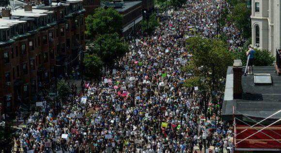 En el contexto de lo ocurridos en Virginia, donde una mujer murió en una marcha de grupos supremacistas blancos, este sábado las calles de Boston clamaron: No al racismo