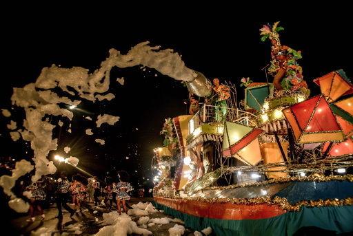 Carroza de los Ministerios de Cultura y Transporte durante el paseo de carrozas y comparsas del Carnaval Holguín 2017. Foto: Juan Pablo Carreras/ ACN.
