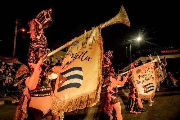 Espectáculo Tricontinentalísima, del Paseo La Placita, de la provincia de Santiago de Cuba, durante el Carnaval Holguín 2017. Foto: Juan Pablo Carreras/ ACN.