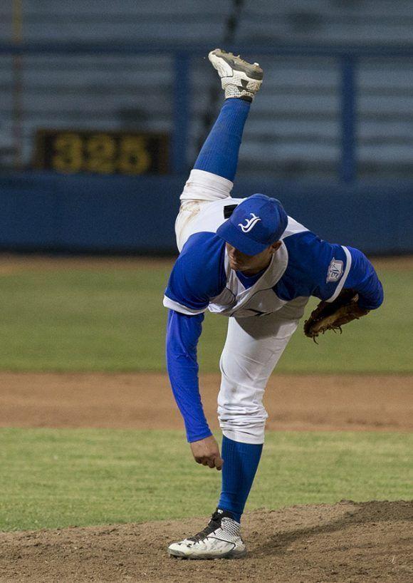 Denis Castillo lanzador ganador del partido. Foto: Ismael Francisco/ Cubadebate.