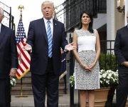 El presidente de los Estados Unidos amenazó con una intervención militar en Venezuela. En la imagen, Donald Trump, entre Rex Tillerson y Nikki Haley, con el general H.R. McMaster la la derecha. Foto: AP.