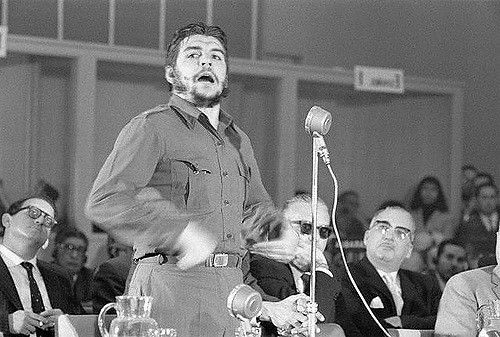 El Che Guevara en su histórico discurso en Punta del Este, Uruguay. Foto: Archivo de Cubadebate