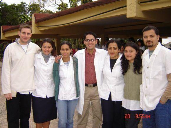 La Dra. Ericka junto a jóvenes estudiantes de otros países en Cuba durante sus estudios en la ELAM. Foto: Tomada del Facebook de la autora
