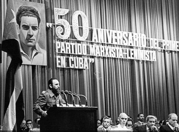 """Velada solemne por el 50 aniversario del Primer Partido Marxista Leninista de Cuba realizada en el teatro """"Lázaro Peña"""" de la Central de Trabajadores de Cuba (CTC), La Habana, 22 de agosto de 1975. Foto: Revista Bohemia/ Sitio Fidel Soldado de las Ideas."""