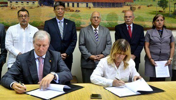 Durante la rúbrica del acuerdo. Foto: Roberto Garaicoa/Cubadebate.