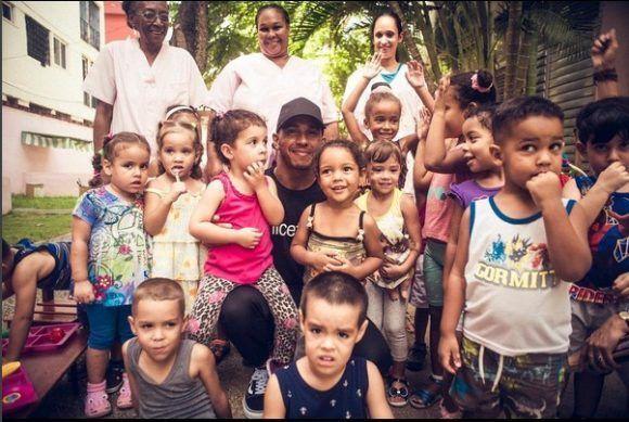 Hamilton con niños cubanos. Así escribe en su cuenta de Instagram lewishamiltonHappy Sunday everyone! With love, from Cuba 🇨🇺❤️ @unicef #GodBless. Foto: Cuenta de Instagram de Lewis Hamilton