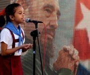 La pionera Marian Gómez Labañino recita un poema en homenaje a Fidel. Foto: Cinthya García Casañas/ Cubadebate.