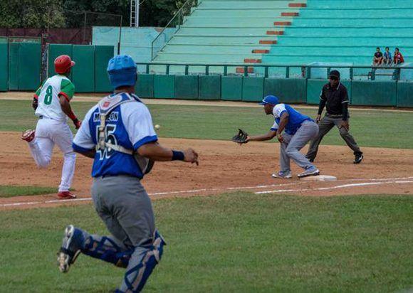 Juego entre Industriales (azul) y Las Tunas (verde) celebrado en el estadio Julio Antonio Mella, de la provincia Las Tunas, Cuba, el 18 de agosto de 2017, correspondiente a la edición 57 de la Serie Nacional de Béisbol. . Foto: Modesto Gutiérrez/ ACN.