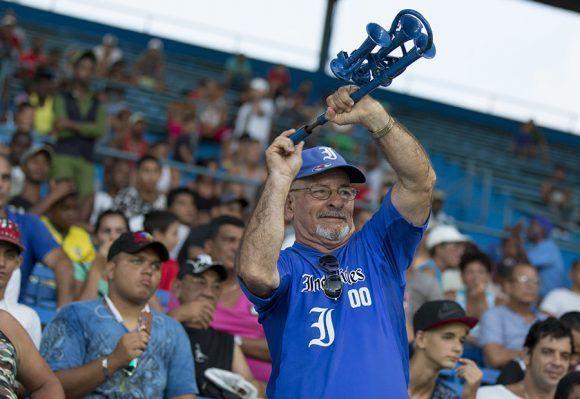 Aficionados en el Latinoamericano. Foto: Ismael Francisco/ Cubadebate.