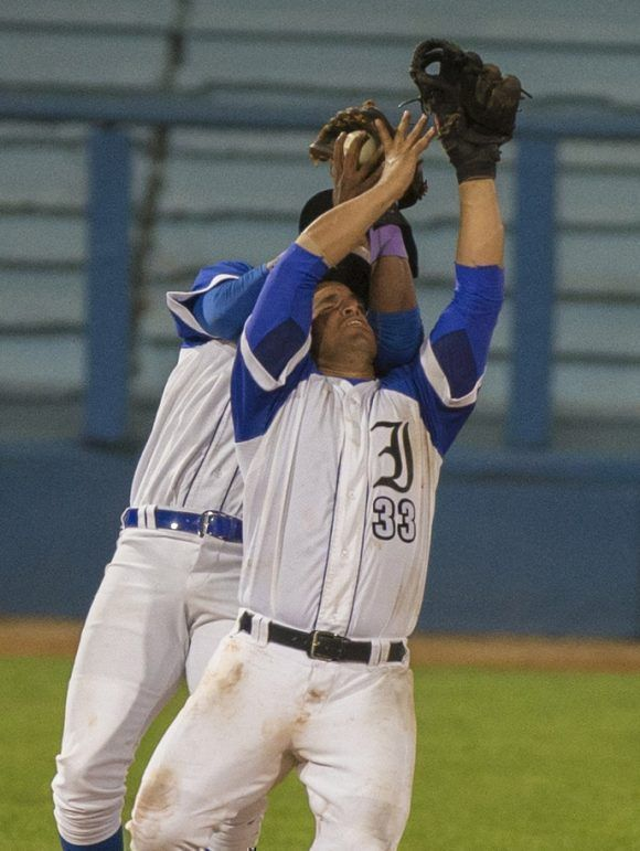 Algo que no debe suceder dos infilder tras una pelota sin ponerse de acuerdo. Foto: Ismael Francisco/Cubadebate.