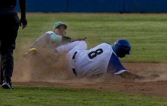 Samón se roba la segunda base. Foto: Ismael Francisco/ Cubadebate.