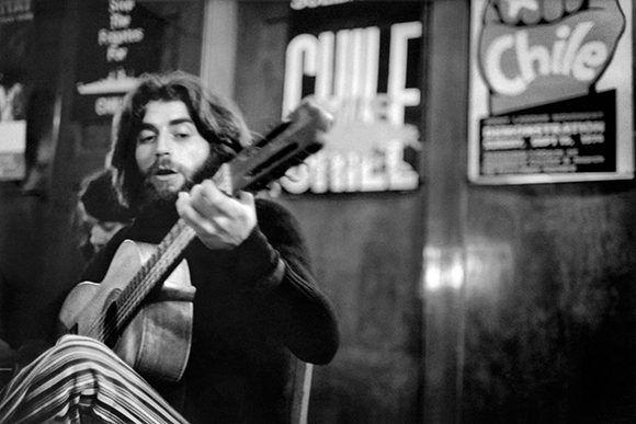 Joaquín Sabina en Londres, en 1975, en una fotografía que aparece en la biografía del artista escrita por Julio Valdeón.