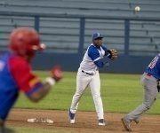 Industriales realizó varios doble play en el partido. Foto: Ismael Francisco/ Cubadebate.
