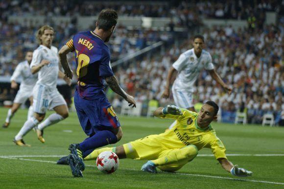 Keylor achica ante Messi. Foto: AP.