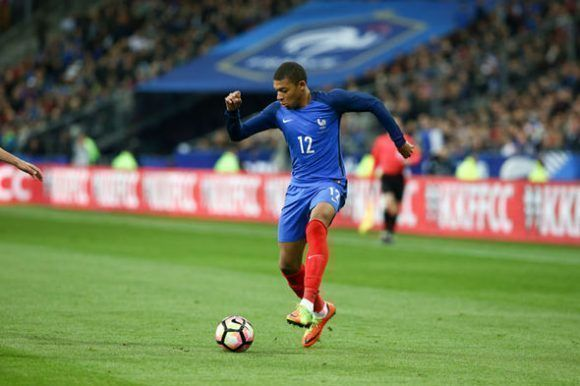 Mbappé se halla en estos momentos con su selección nacional. Foto: Daily Express.