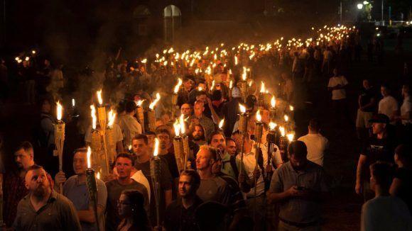 La marcha de este viernes en la Universidad de Virginia recordó a las agrupaciones del Ku Klux Klan. La marcha de este viernes en la Universidad de Virginia recordó a las agrupaciones del Ku Klux Klan. Foto: Reuters