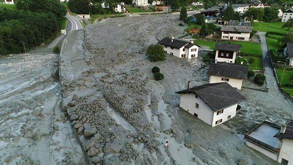 Destrucción. Vista aérea de la localidad suiza de Bondo, sorprendida el miércoles por un alud de piedras y lodo. Foto: AFP