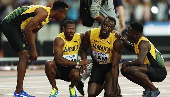 Usain Bolt y sus compañeros del relevo 4x100, luego de la lesión del astro en el Mundial de Atletismo de Londres. Foto: EFE.