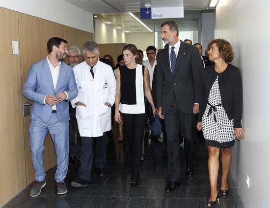 Los Reyes, acompañados por la ministra de Sanidad, Dolors Montserrat, con facultativos y responsables del Hospital del Mar de Barcelona. Foto: EFE