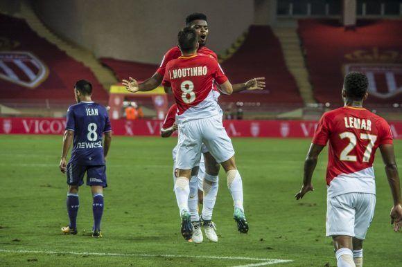 Moutinho celebra con Jemerson uno de los goles del partido. Foto: @AS_Monaco.