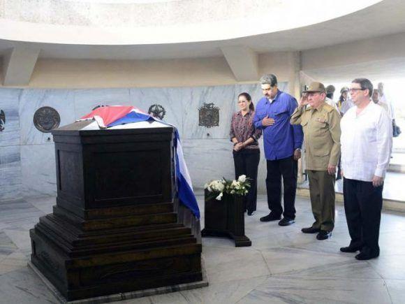 Maduro y Raúl, junto a Cilia Flores y Bruno Rodríguez rindieron tributo a José Martí en el Cementerio de Santa Ifigenia, 15 de agosto de 2017. Foto: Estudios Revolución