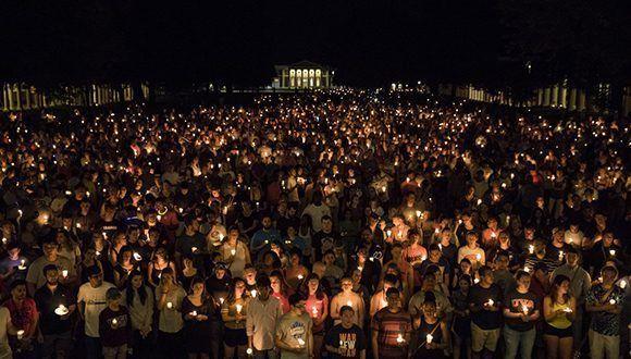 Vigilia a la luz de las velas repudia supremacismo blanco en Virginia, EEUU