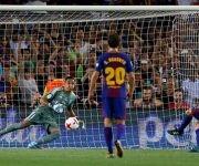 Messi empató tras un cuestionable penal sobre Suárez. Foto: Reuters.