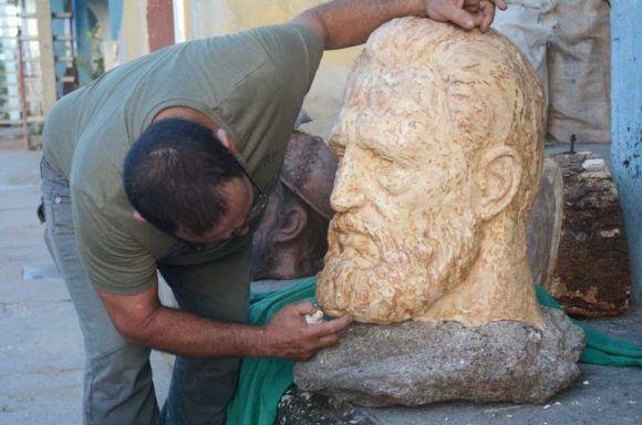 Metamorfosis desde una roca, escultura de Félix Madrigal. Foto: Oscar Alfonso / Escambray