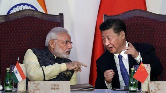 Narendra Modi, a la izquierda, habla con el presidente chino Xi Jinping la cumbre del BRICS: Foto: Washington Post.