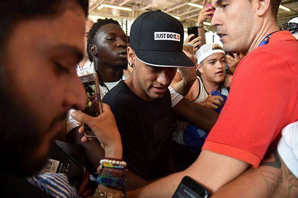 Neymar rodeado de aficionados durante la pretemporada del FC Barcelona en Estados Unidos. Foto: AFP.