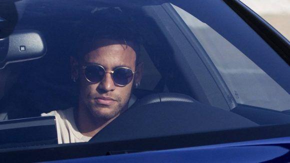 Neymar se dirigió a las oficinas del club para comunicar su decisión de irse. Foto: EFE.