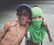 """Niños durante una manifestación violenta de la oposición en Altamira, disfrados de """"guarimberos""""."""