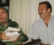 Patricio Echegaray junto a Fidel Castro, compartiendo en el despacho del líder histórico de la Revolución Cubana. Foto: Archivo