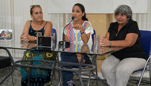 Haydée Milanés, en unión de Ela Ramos, Directora de Bis Music y Marianela Dufflar, Relaciones Públicas de ARTex, en la presentación del disco Amor.