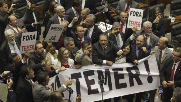 La oposición protesta en la sesión de la Cámara de Diputados. Foto: AP