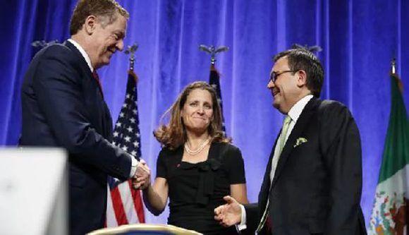 El representante estadounidense Robert Lighthizer estrecha la mano de la ministra de Asuntos Exteriores de Canadá, Chrystia Freeland, acompañados del secretario de Economía de México, Ildefonso Guajardo. Foto: AP
