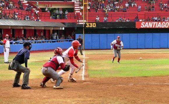 El equipo de béisbol de Santiago de Cuba, venció a su similar de Mayabeque, 3 carreras por 2. Foto: Miguel Rubiera/ ACN.