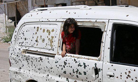 Una niña mira desde una furgoneta tiroteada en la ciudad de Deraa, en el sur de Siria. Foto: Reuters.