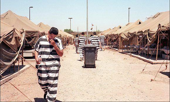 Imagen de Tent City (Maricopa County, Arizona) en 1998, desde esa época ya existían los maltratos a los presos. Foto: Jean-Loup Sense/ AFP.