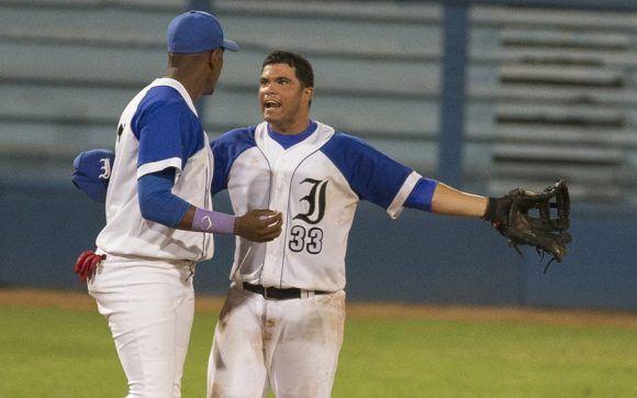 Barcelán reclama que el pidió la bola. Foto: Ismael Francisco/ Cubadebate.